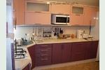 Кухня -фиолетовый и розовый металлик, с барной стойкой, в стиле <em>гардеробные</em> модерн