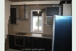 Фото кухни на заказ: встроенная кухня в котедже с барной стойкой, в Агалатово