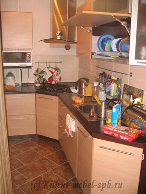 Кухня с открытой дверью на системе