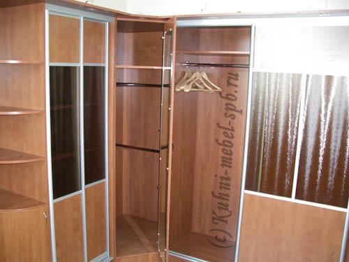 Шкаф купе в кабинет, угловой, с сейфом внутри.